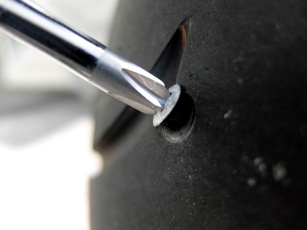 トレーサーのタイヤになんか刺さっとる(パンク修理)